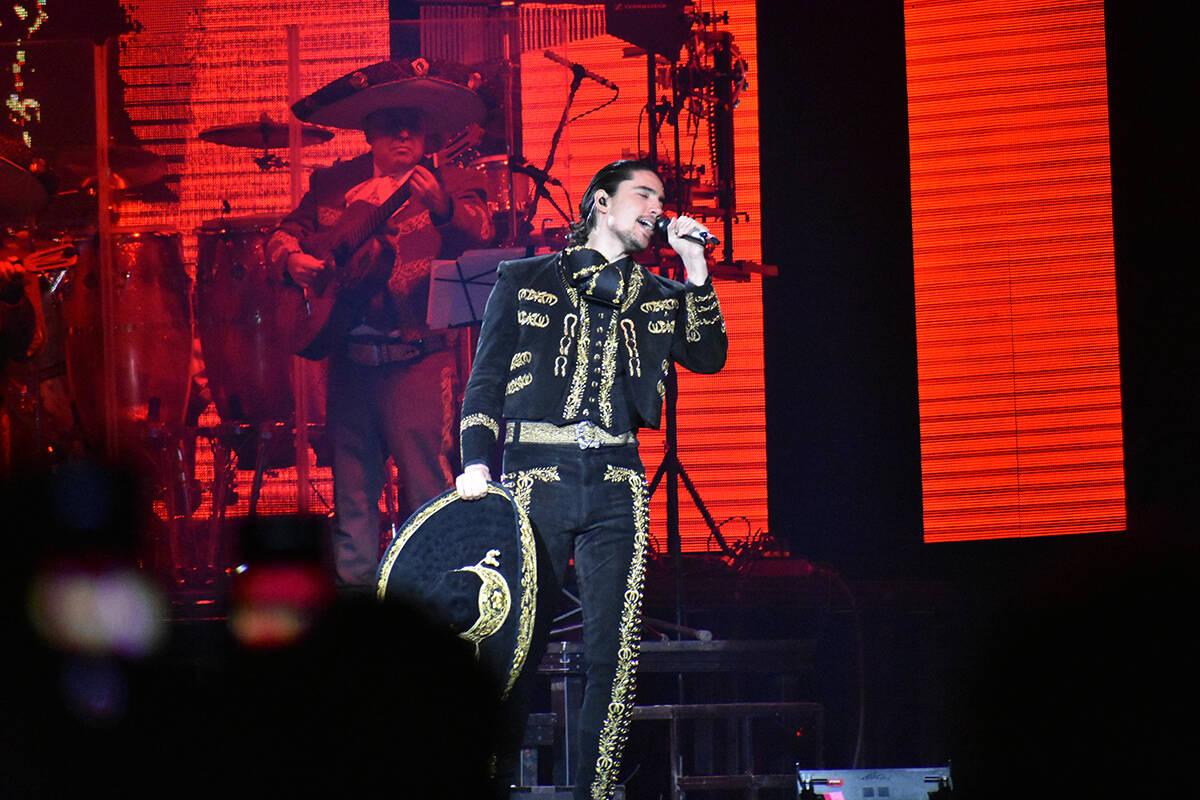"""Alex Fernández abrió el concierto de su padre interpretando temas como """"Te amaré"""" y """"E ..."""