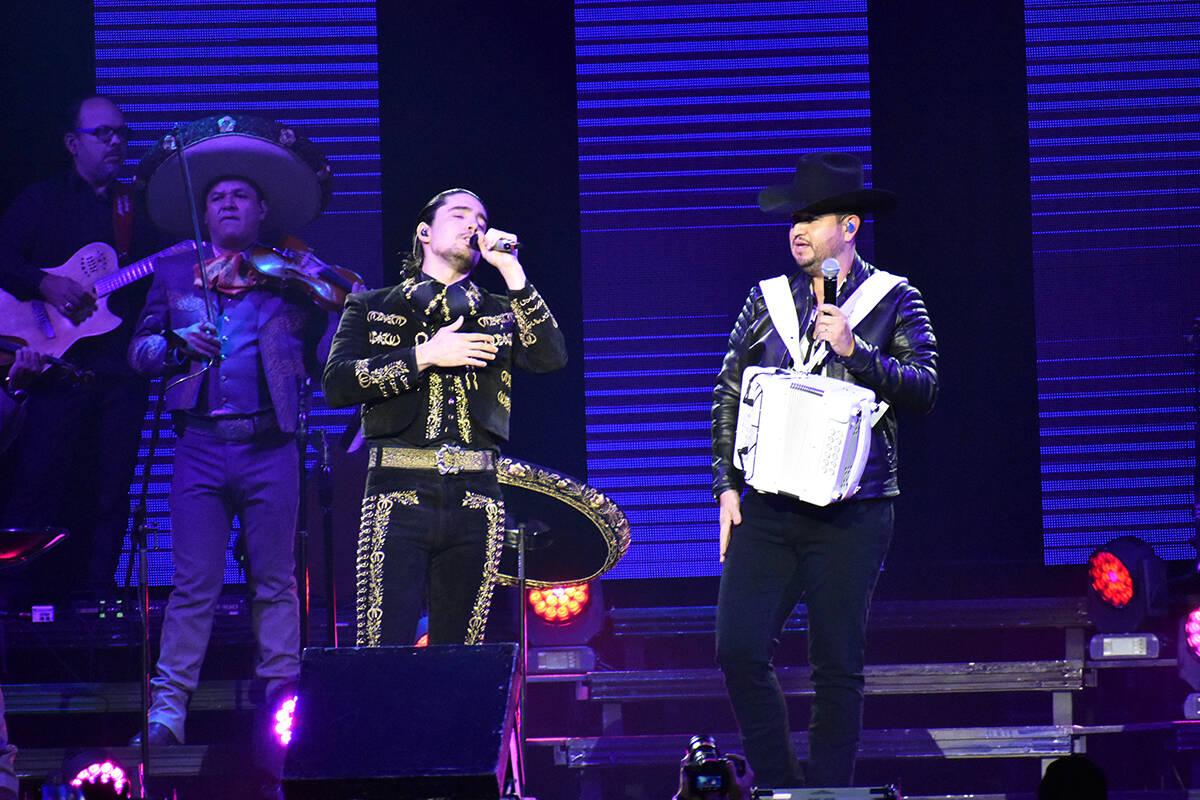 La primera sorpresa de la noche fue cuando Alex Fernández y Edén Muñoz, de Calibre 50, canta ...