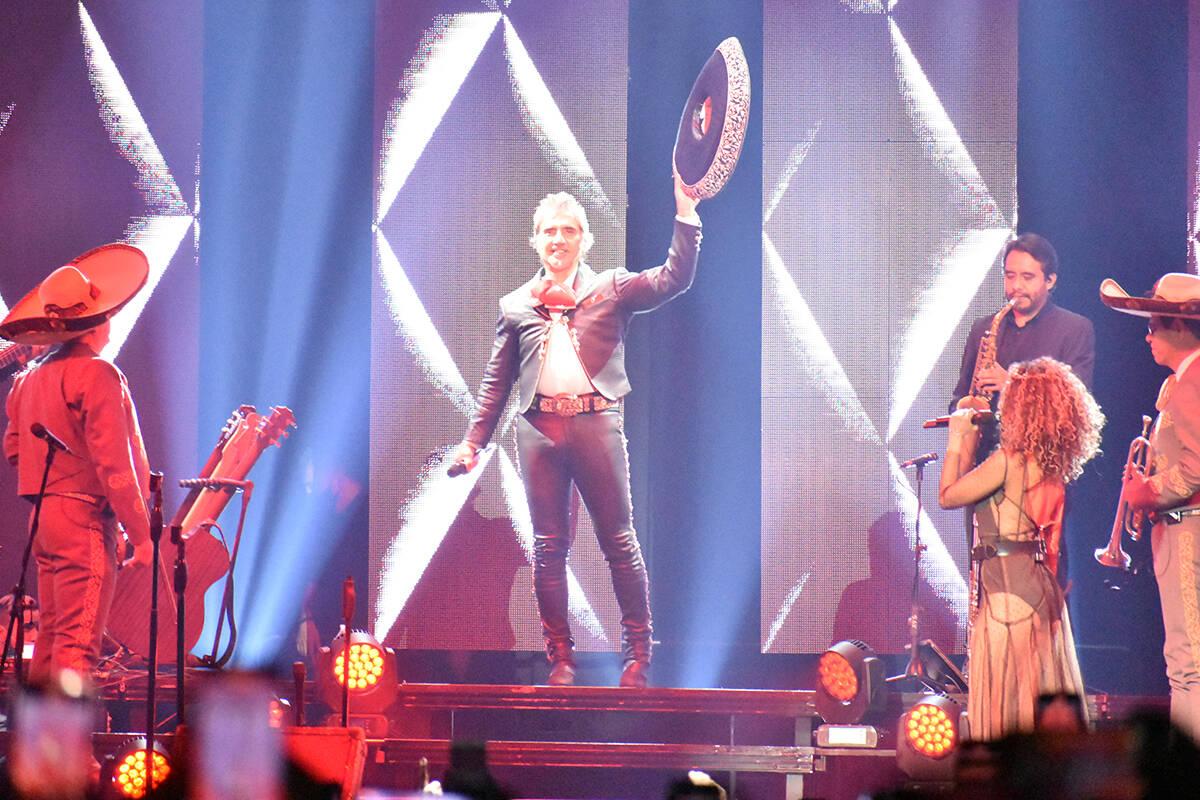 Portando un imponente traje de charro, Alejandro Fernández ofreció el concierto más esperado ...