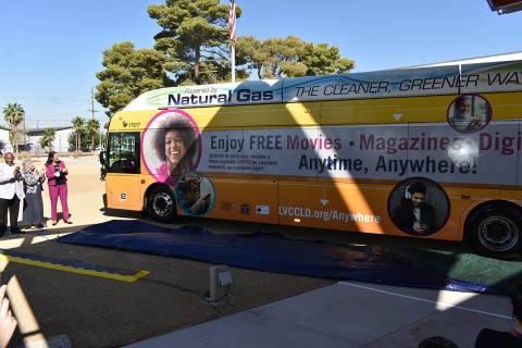Funcionarios públicos y representantes de RTC y LVCCLD presentaron un autobús que incluye inf ...