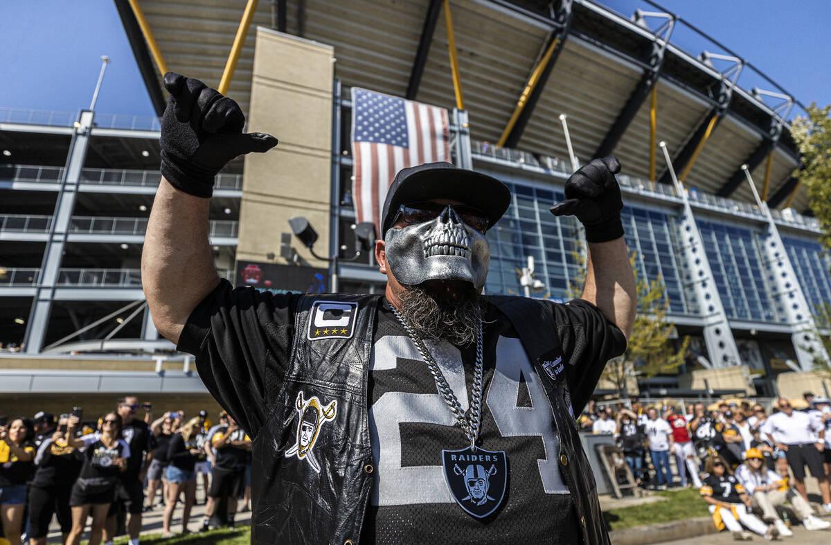 Fans de los Raiders en el Heinz Field antes del inicio de un partido de fútbol americano de la ...