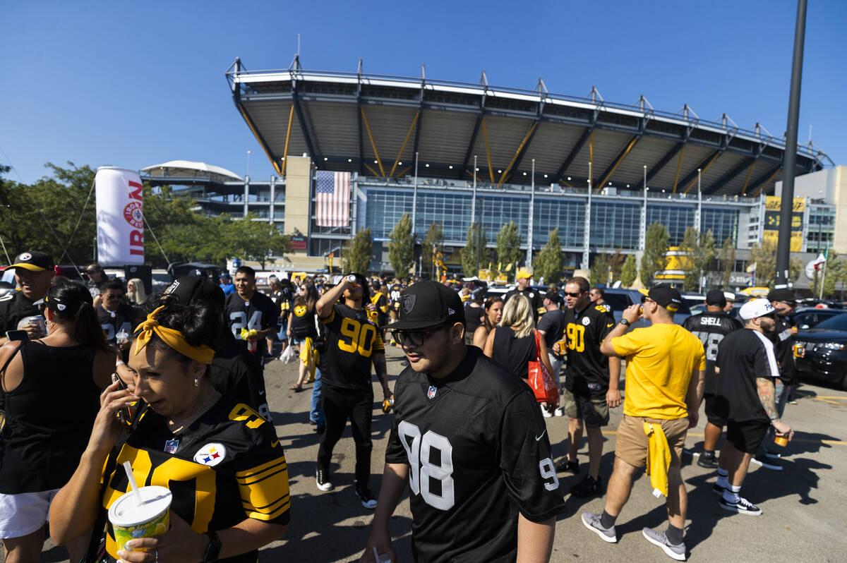 Fans de los Raiders y los Steelers en el Heinz Field antes del inicio de un partido de fútbol ...
