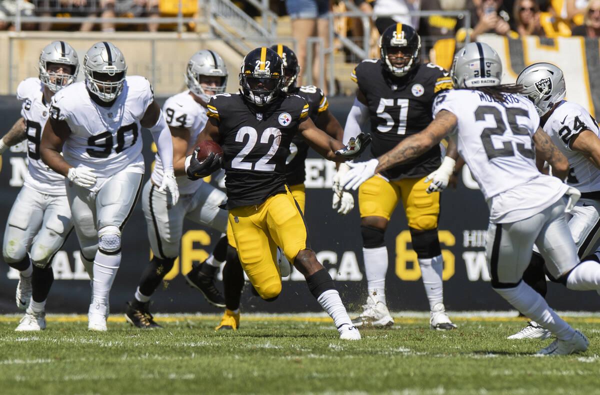 El running back de los Pittsburgh Steelers, Najee Harris (22), se desprende de una gran carrera ...