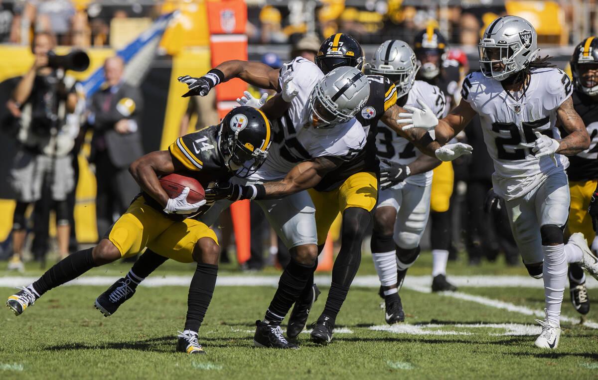 El linebacker de los Raiders, Javin White (53), taclea al receptor abierto de los Pittsburgh St ...
