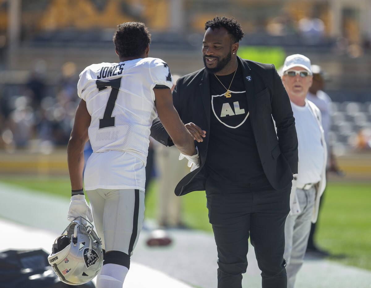 El ex full back de los Raiders Marcel Reece, a la derecha, se reúne con el wide receiver de lo ...
