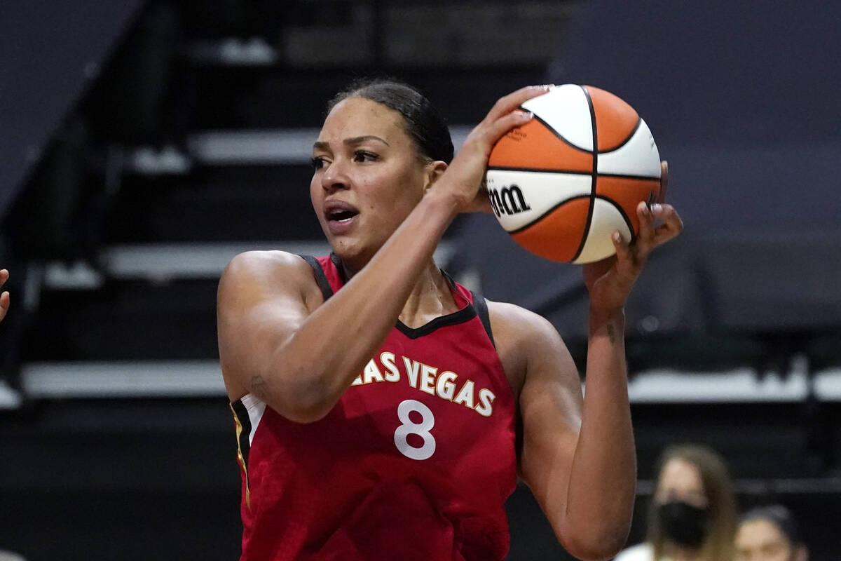 Liz Cambage de Las Vegas Aces en acción contra las Seattle Storm durante un partido de básque ...