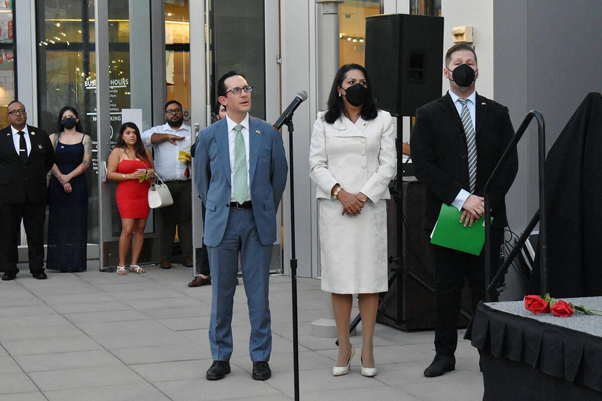 El cónsul de México en Las Vegas, Julián Escutia, la concejal del Distrito 3, Olivia Díaz y ...