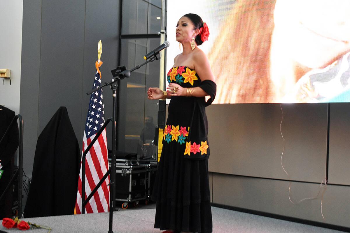 Una joven cantante interpretó los himnos nacionales de los Estados Unidos y México. El martes ...