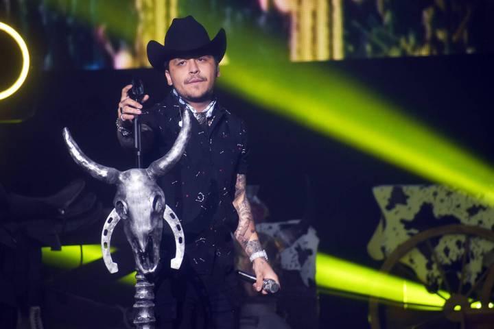 Christian Nodal, nacido y criado en Sonora, México, llegó vestido de negro, con tejana del mi ...