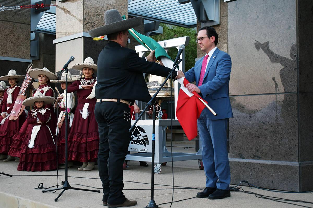 La organización de Charros de Nevada entrega la bandera al cónsul de México para dar El Grit ...