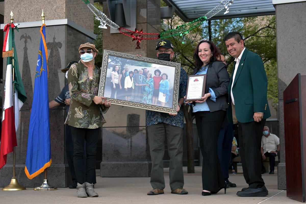 La familia Esparza recibió uno de los premios como Máximo Orgullo Hispano. El miércoles 15 d ...