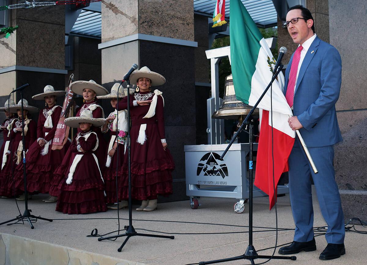 El cónsul de México, Julián Escutia, encabezó la ceremonia de El Grito. El miércoles 15 de ...