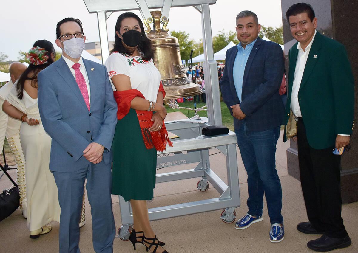 En la foto aparece el concejal Isaac Barrón, la concejal Olivia Díaz y el cónsul de México, ...
