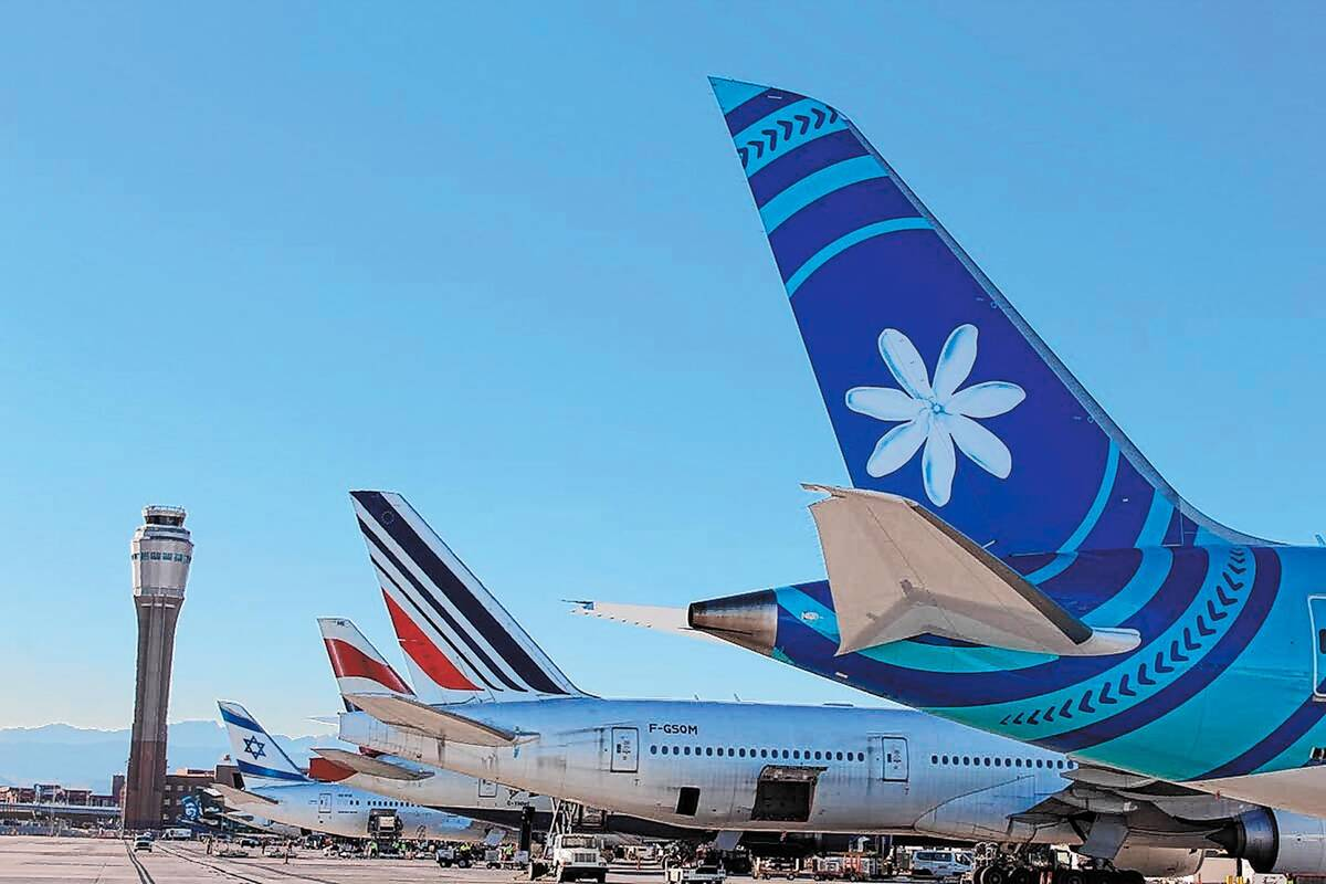 Las colas de varias compañías aéreas internacionales el lunes 6 de enero de 2020, ya que vue ...