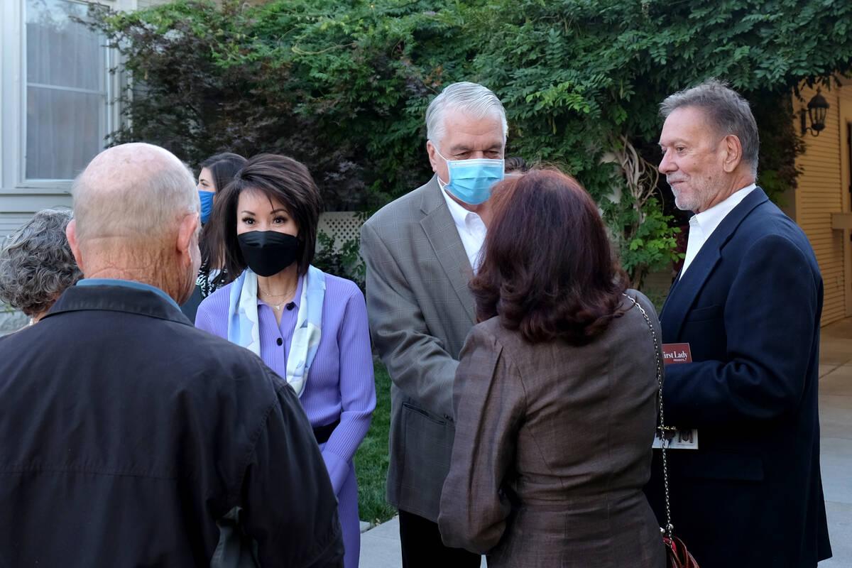 La primera dama Kathy Sisolak y el gobernador Steve Sisolak hablan con los periodistas el lunes ...