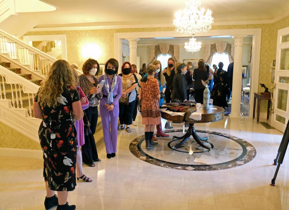 La Primera Dama Kathy Sisolak habla a los invitados en una recepción de apertura y visualizaci ...
