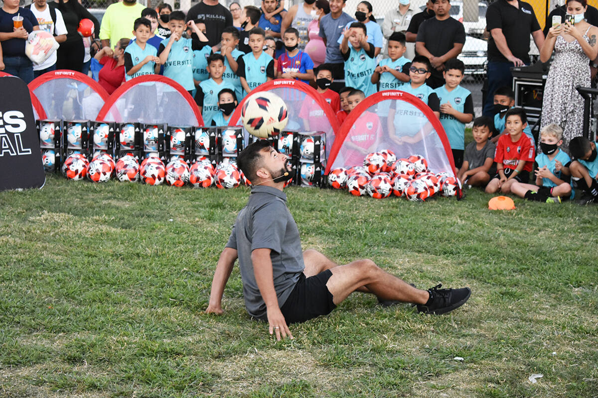 """Juan Time Freestyle"" ofreció un espectáculo dominando el balón durante un evento comuni ..."