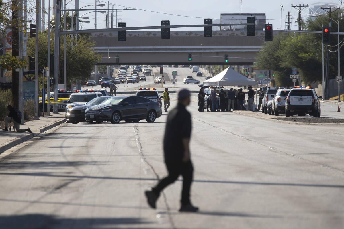 Presencia policial en Charleston Avenue cerca de Sacramento Drive en Las Vegas, el martes 21 de ...