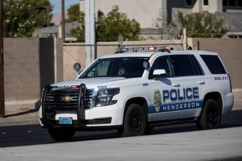 Un vehículo del Departamento de Policía de Henderson llega a la escena de una barricada en Ch ...