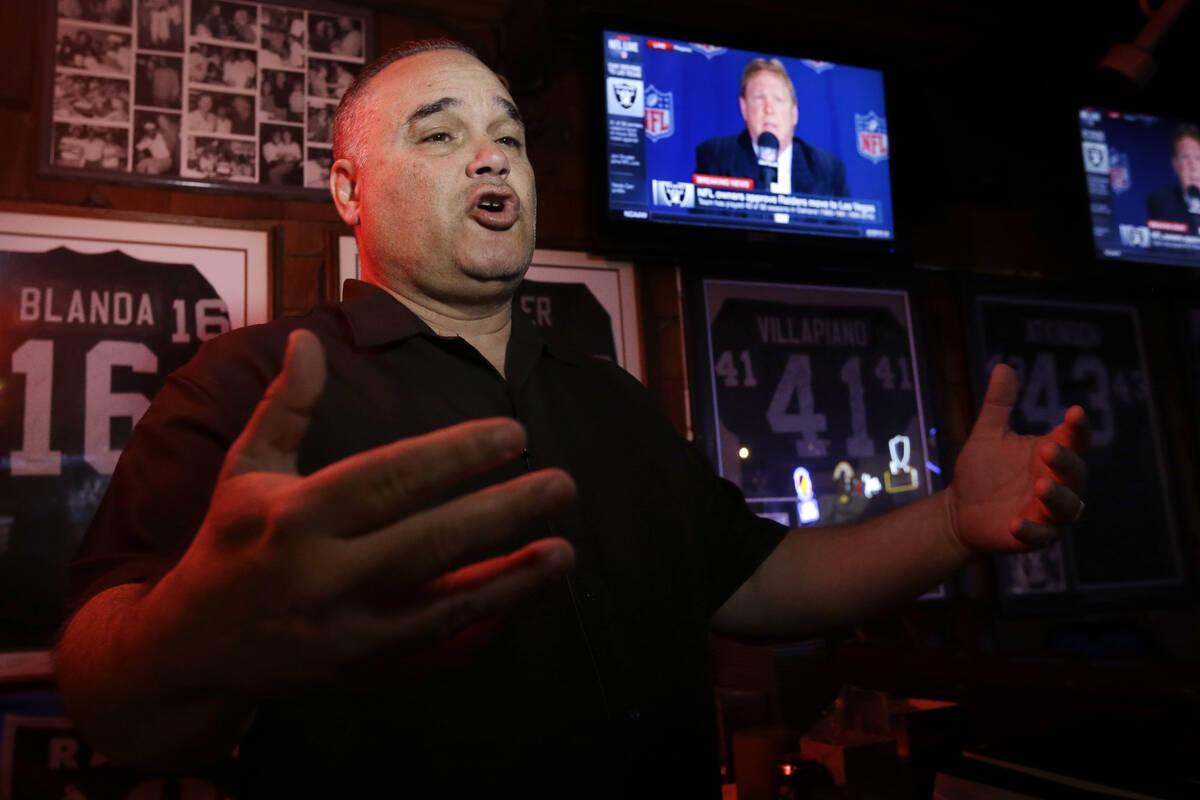 """Rob Rivera, presidente del club de fans """"Black Hole"""", gesticula mientras responde a las pregunt ..."""