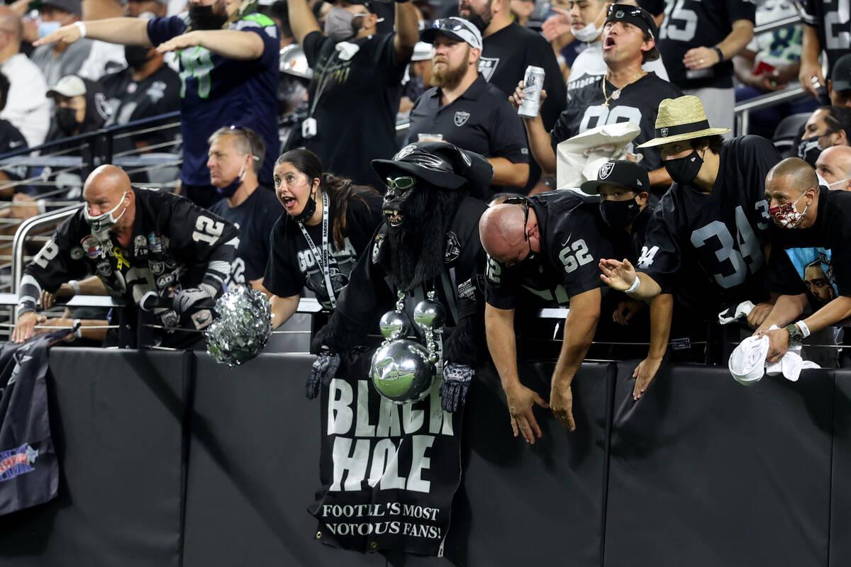 """Aficionados en el """"Black Hole"""" animan durante el tercer cuarto del partido de fútbol americano ..."""