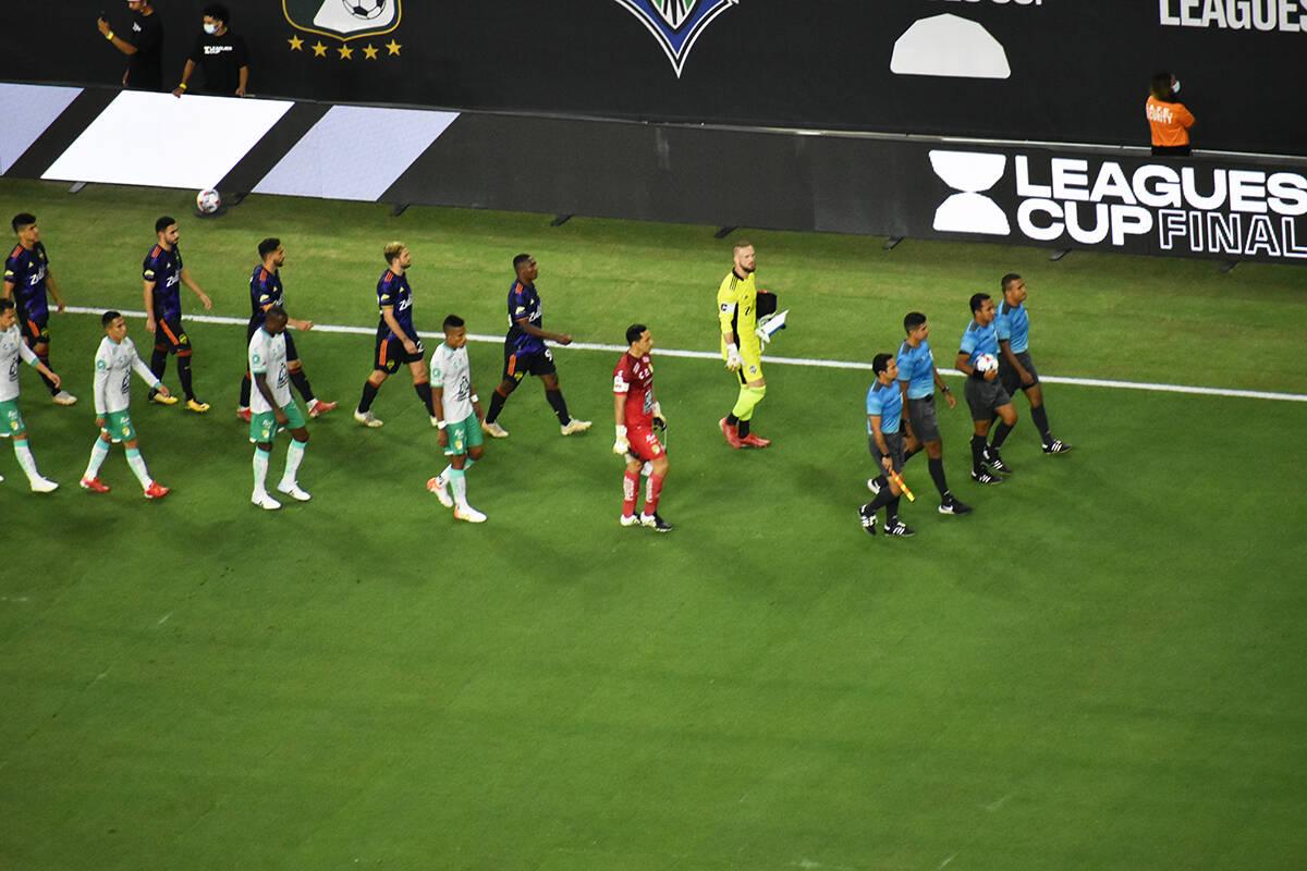 Los jugadores de Seattle Saunders FC y Club León ingresan a la cancha para disputar la gran fi ...