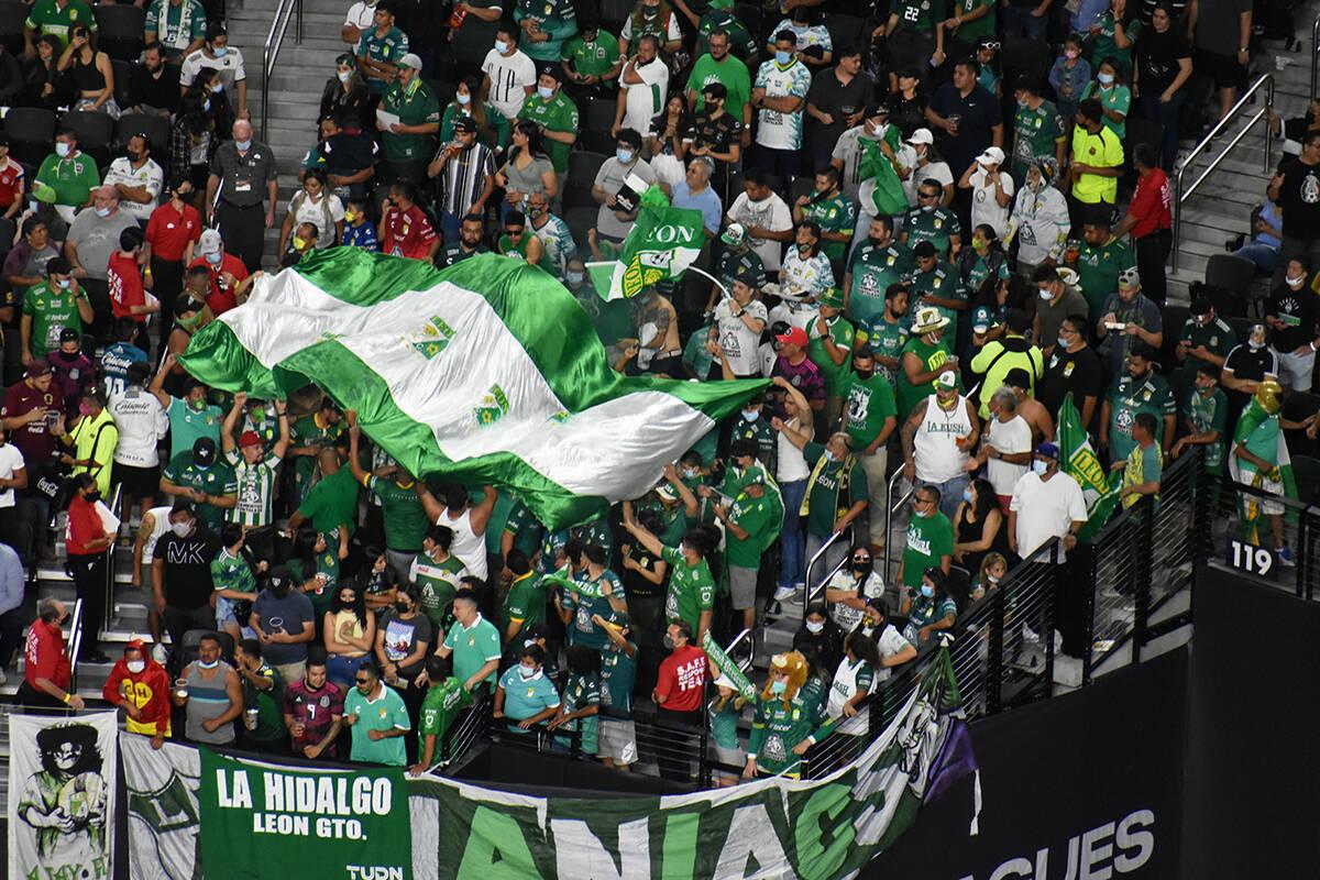 Los aficionados del Club León alientan a su equipo en la final de la Leagues Cup. Miércoles 2 ...