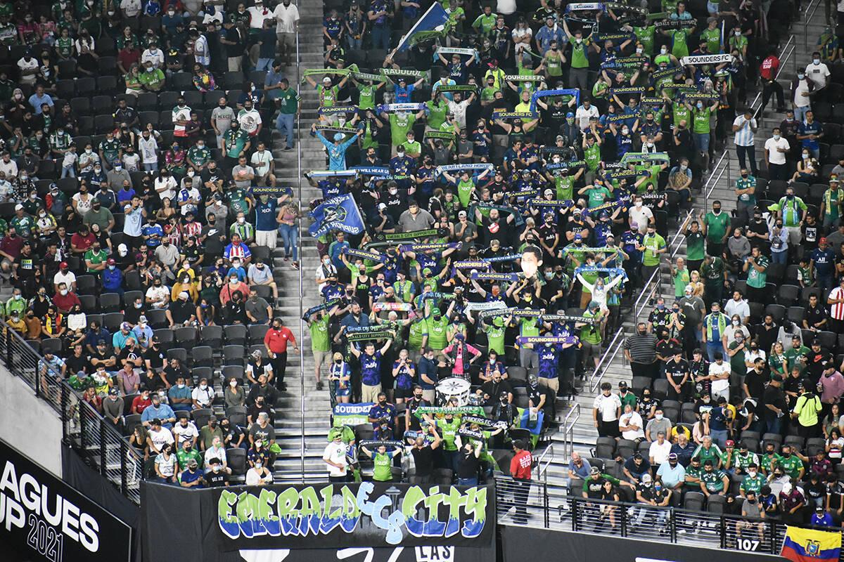 Los aficionados de Seattle Sounders FC alientan a su equipo en la final de la Leagues Cup. Mié ...