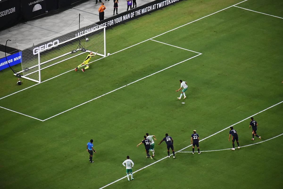Ángel Mena cobra un tiro penal para marcar el segundo gol de Club León en la final de Leagues ...