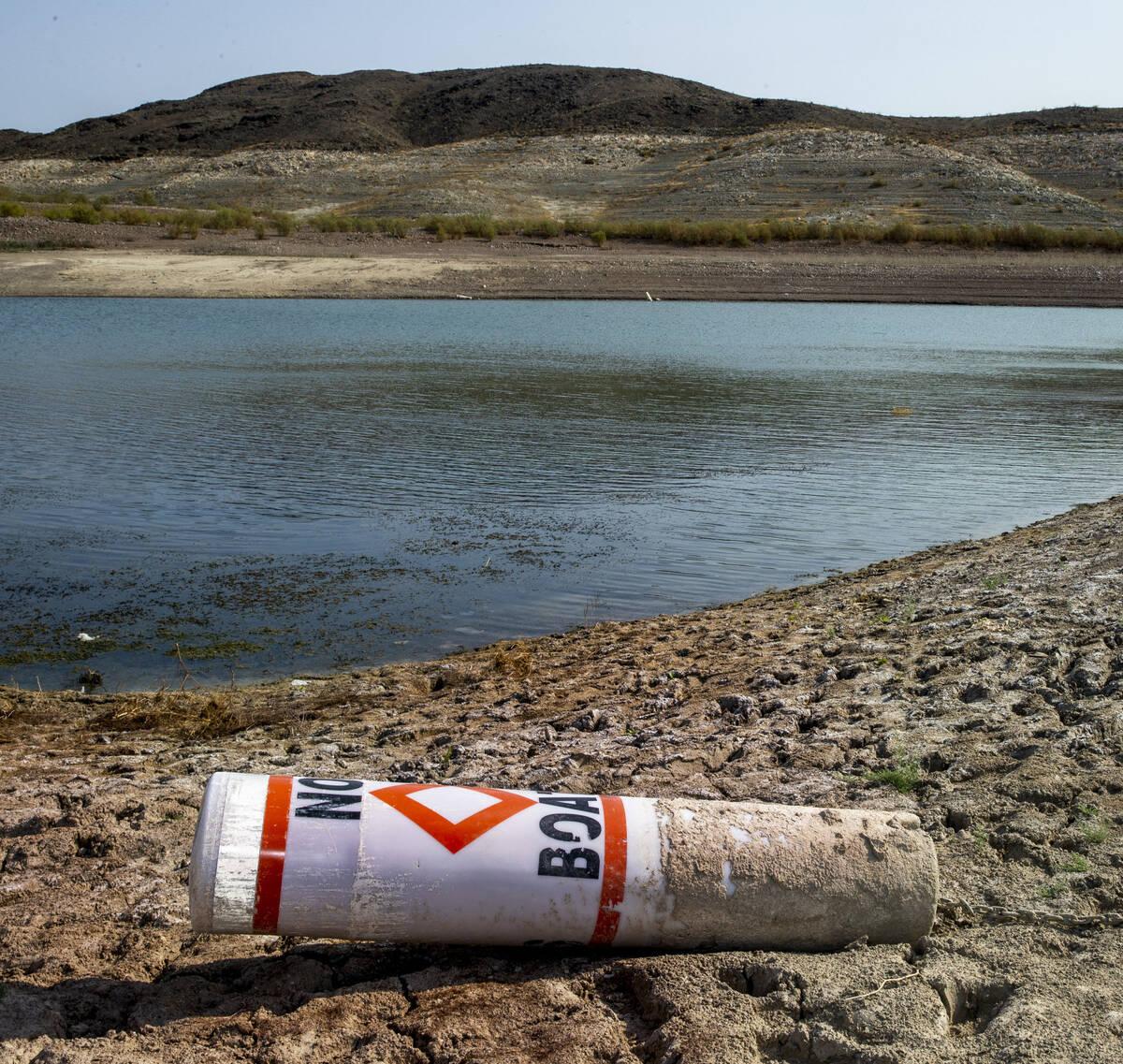Una boya en la orilla del agua baja cerca de Boulder Harbor en Lake Mead National Recreation Ar ...