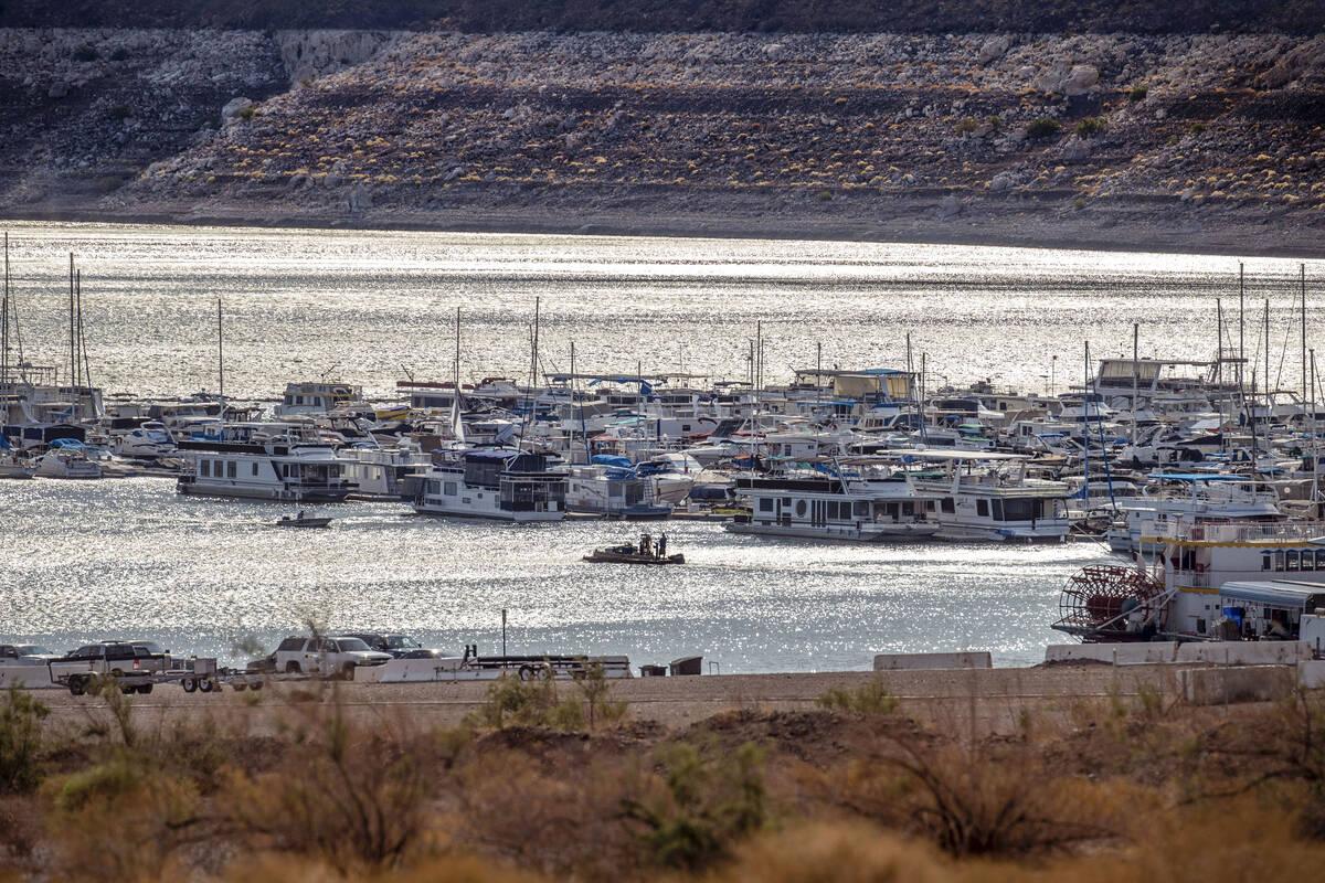 Botes navegan en una mañana soleada en el puerto de Hemenway en el Lake Mead National Recreati ...