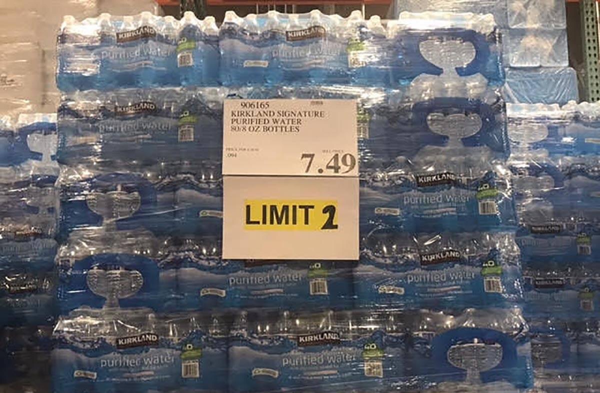 Los clientes solo pueden comprar dos paquetes de agua en la tienda Summerlin de Costco por un l ...