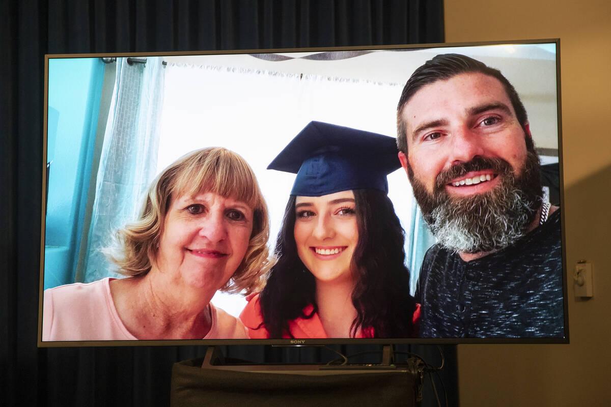 Una foto de Mia Gugino, de 17 años, en el centro, que murió de una sobredosis de fentanilo, s ...