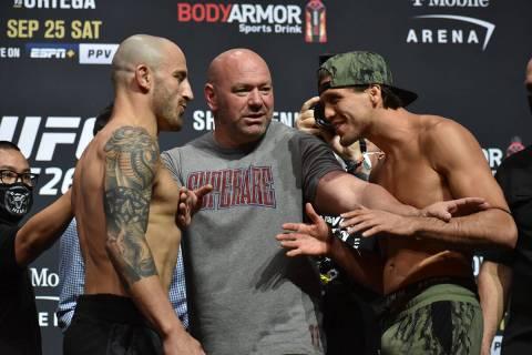 Brian Ortega intenta intimidad a Alexander Volkanovski durante el pesaje previo a UFC 266. Vier ...