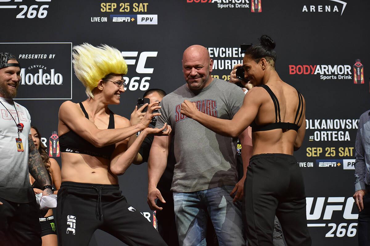 """Roxanne Modafferi y Taila Santos se """"encaran"""" durante el pesaje previo a UFC 266. Viernes 24 de ..."""
