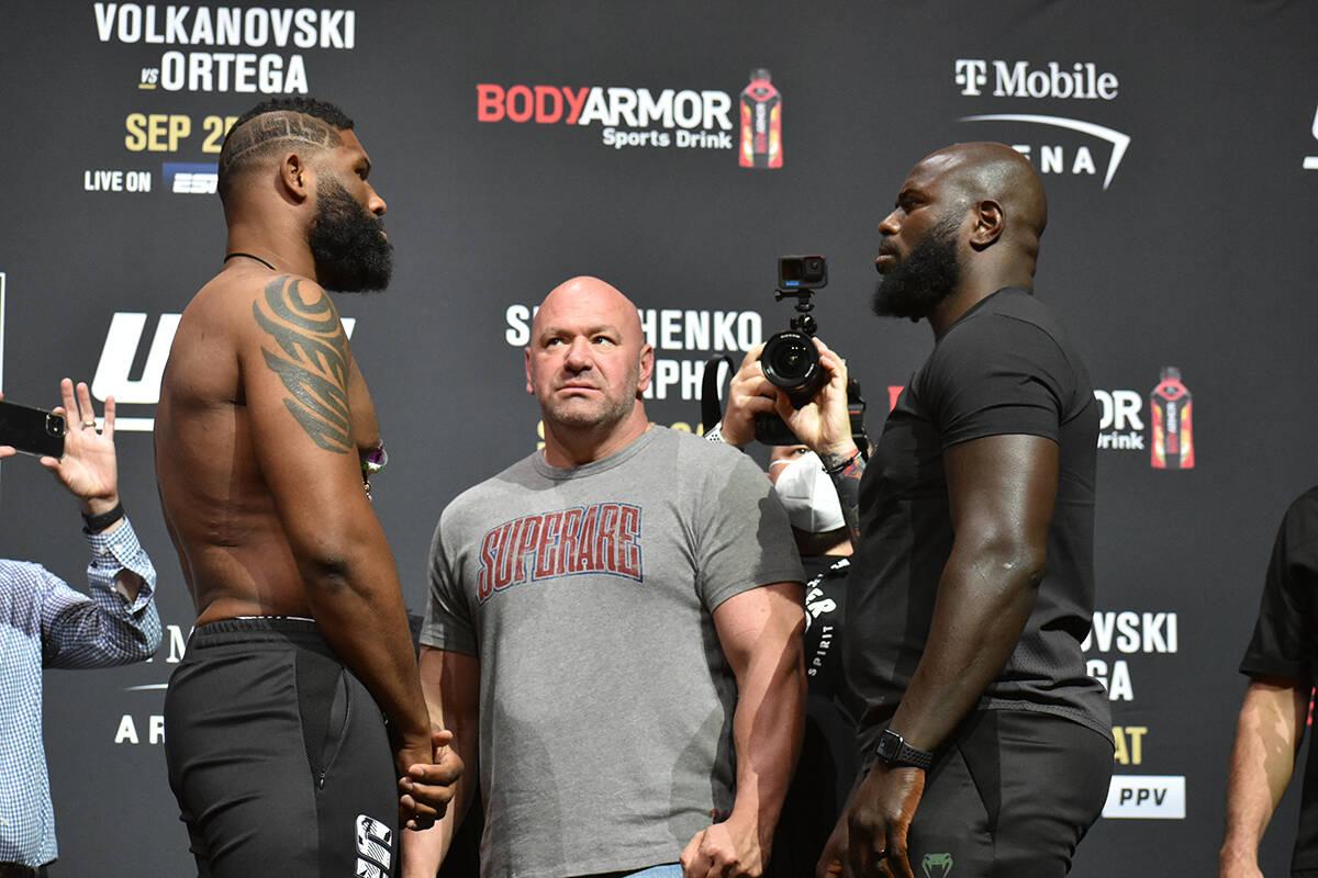 """Curtis Blaydes y Jairzinho Rozenstruik se """"encaran"""" durante el pesaje previo a UFC 266. Viernes ..."""