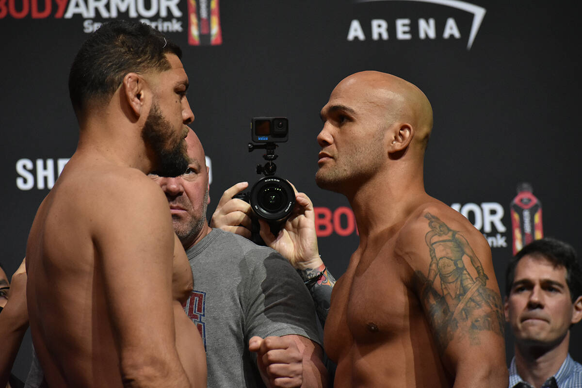 """Nick Diaz y Robbie Lawler se """"encaran"""" durante el pesaje previo a UFC 266. Viernes 24 de septie ..."""