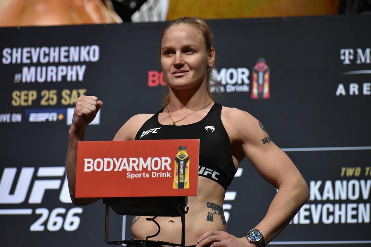 Valentina Shevchenko sube a la báscula durante el pesaje previo a UFC 266. Viernes 24 de septi ...
