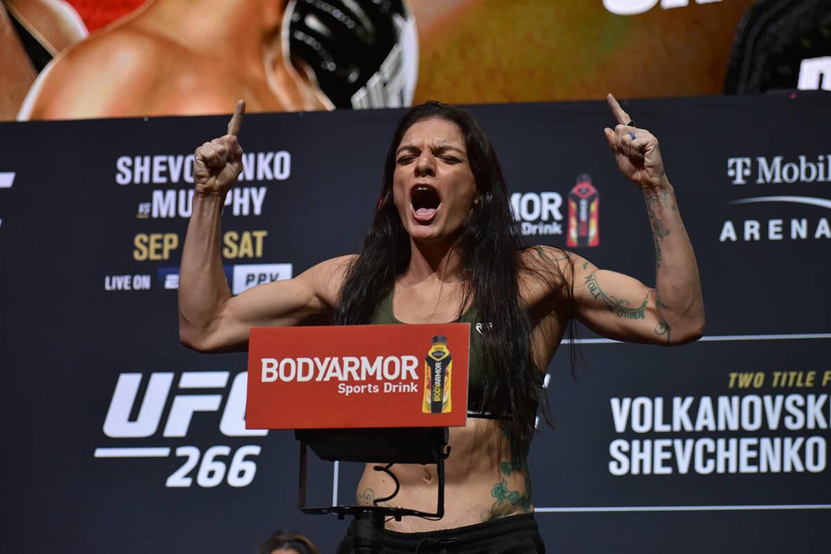 Lauren Murphy sube a la báscula durante el pesaje previo a UFC 266. Viernes 24 de septiembre d ...