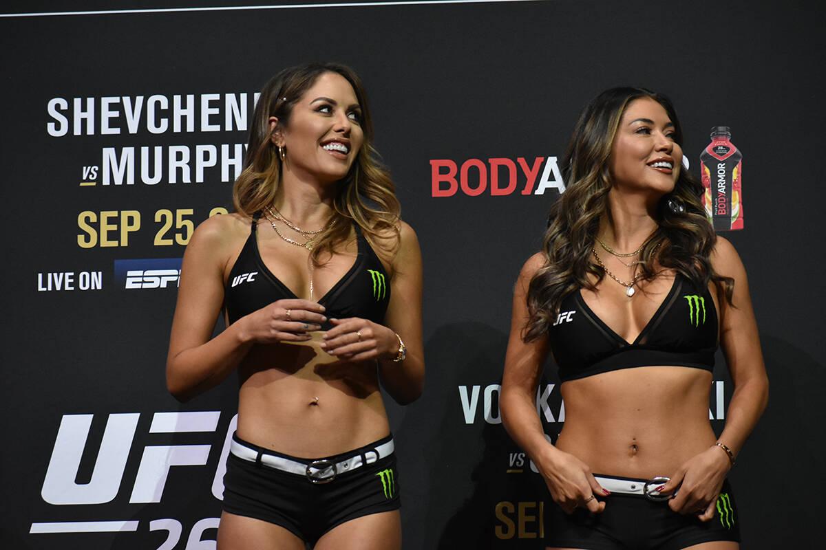 Las edecanes sonríen durante el pesaje de UFC 266. Viernes 24 de septiembre de 2021 en Park MG ...