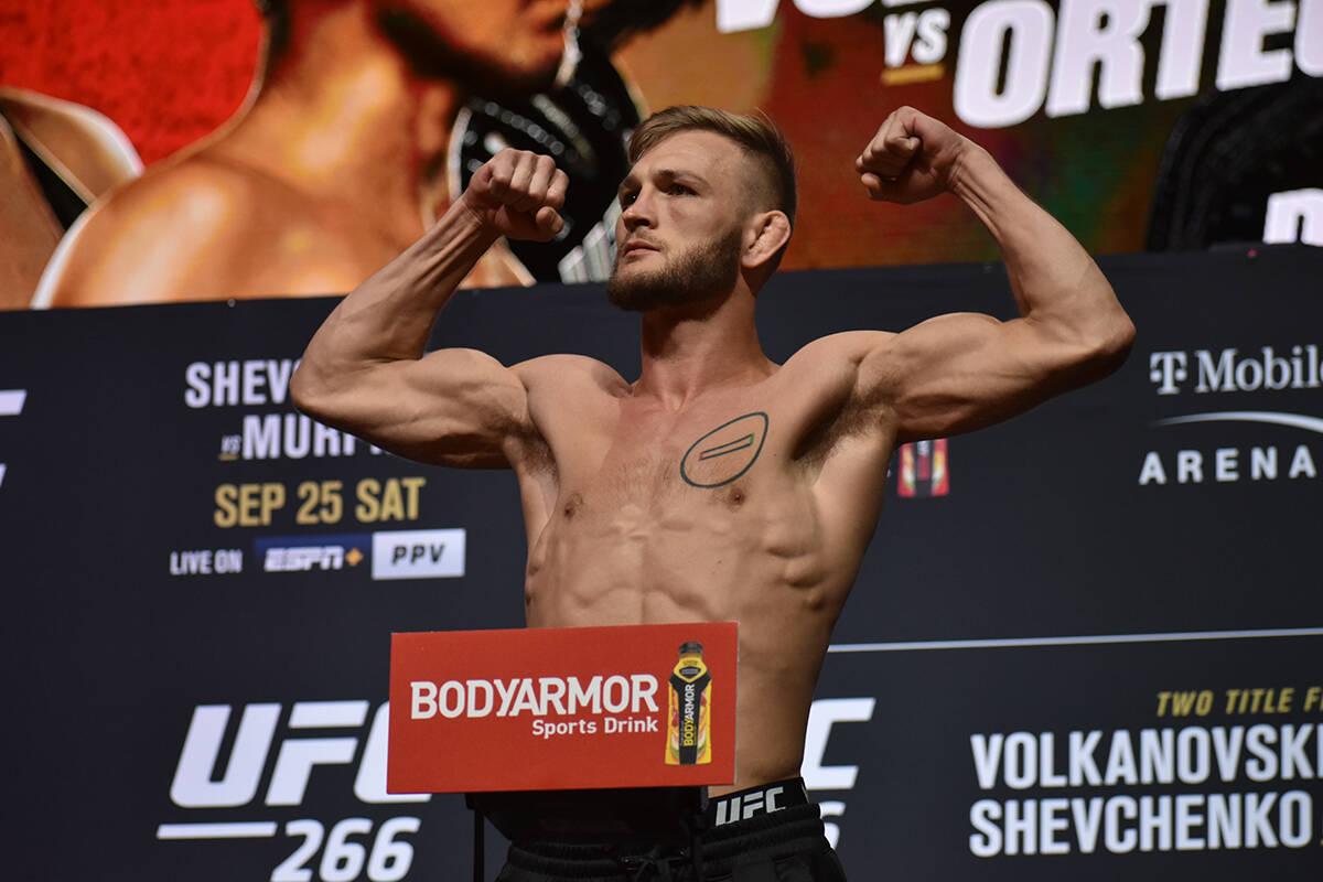Jonathan Pearce sube a la báscula durante el pesaje previo a UFC 266. Viernes 24 de septiembre ...