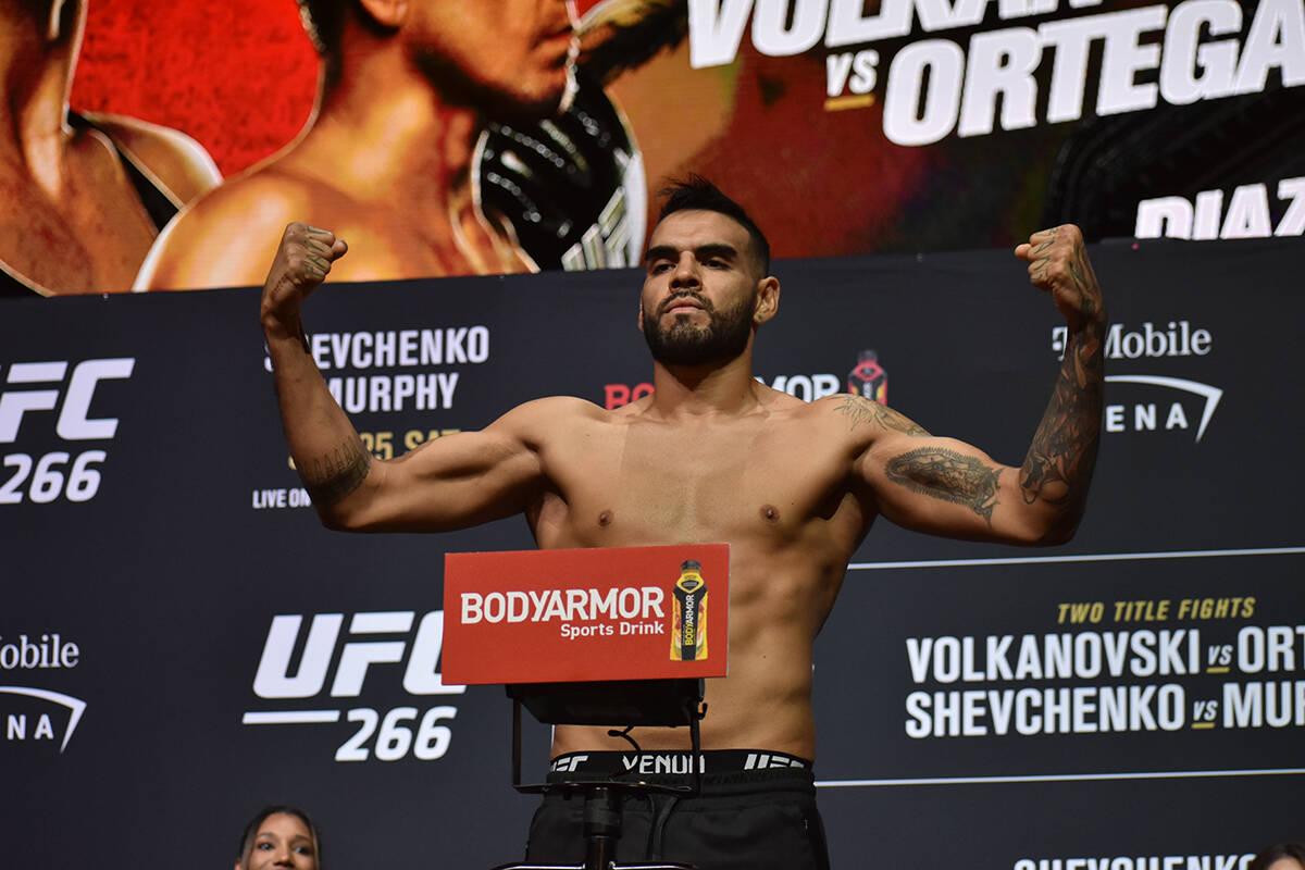 Martin Sano sube a la báscula durante el pesaje previo a UFC 266. Viernes 24 de septiembre de ...