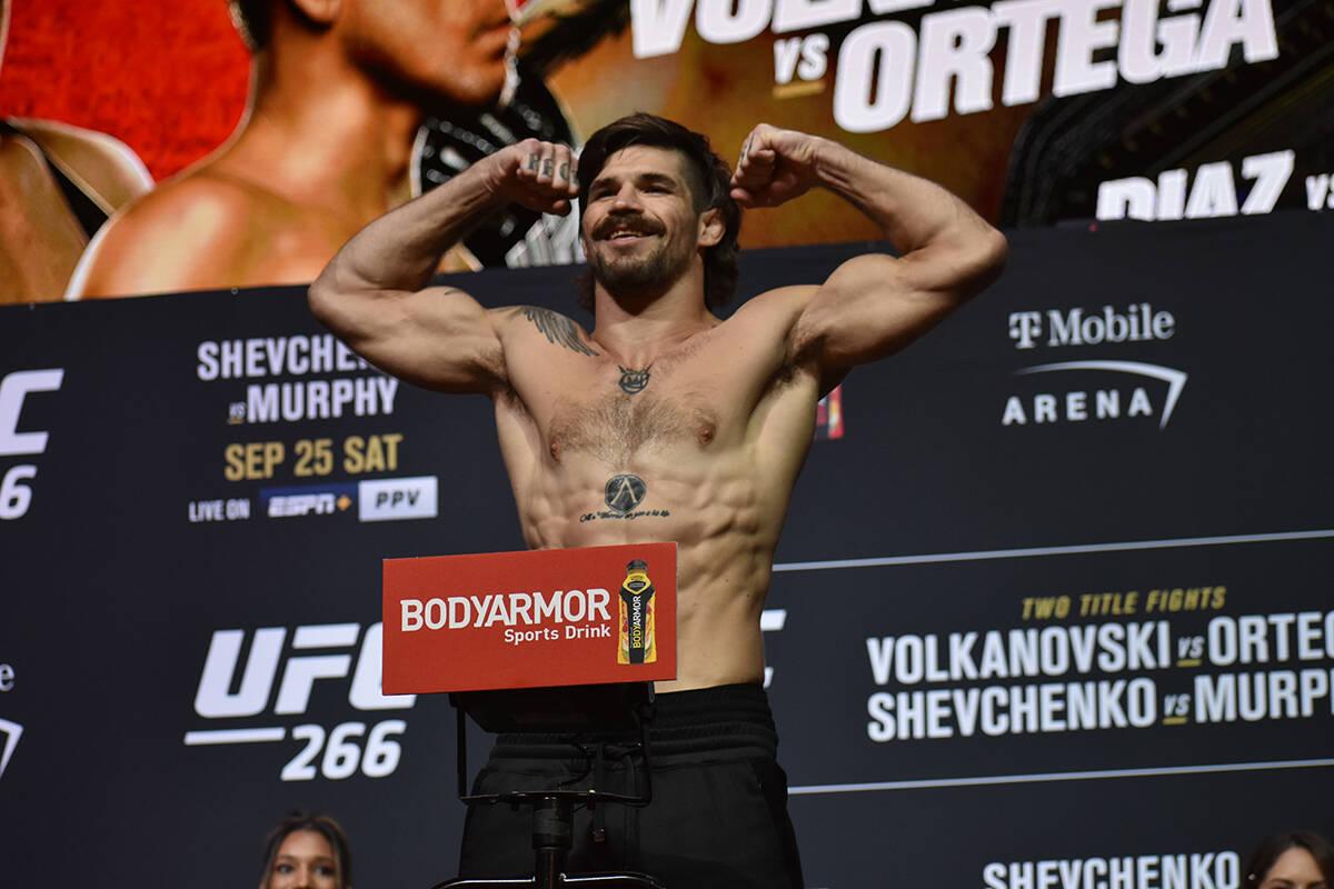 Matthew Semelsberger sube a la báscula durante el pesaje previo a UFC 266. Viernes 24 de septi ...