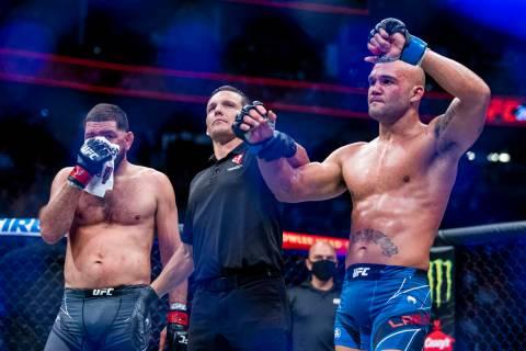 Robbie Lawler, derecha, y Nick Diaz después de que Lawler ganara la pelea de peso welter en UF ...