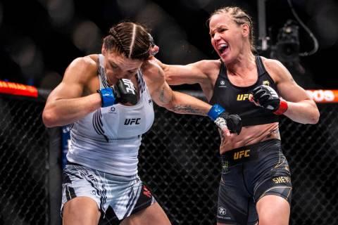 Lauren Murphy, izquierda, recibe un puñetazo de Valentina Shevchenko en el cuarto asalto de su ...