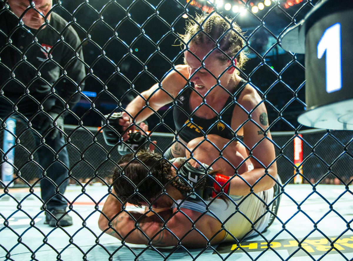 Valentina Shevchenko golpea desde lo alto a Lauren Murphy en el cuarto asalto de su pelea por e ...