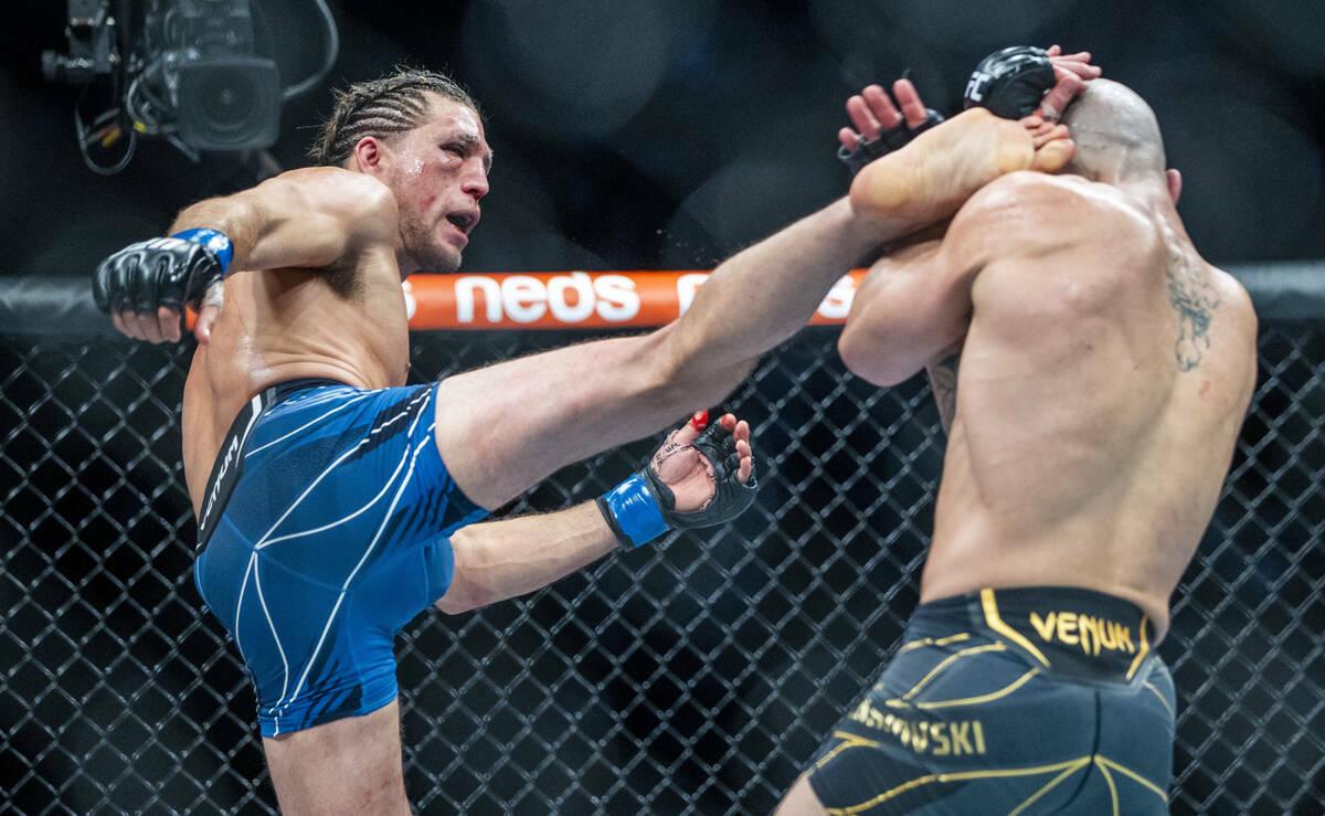 Brian Ortega, a la izquierda, conecta con una patada a Alexander Volkanovski en el cuarto asalt ...
