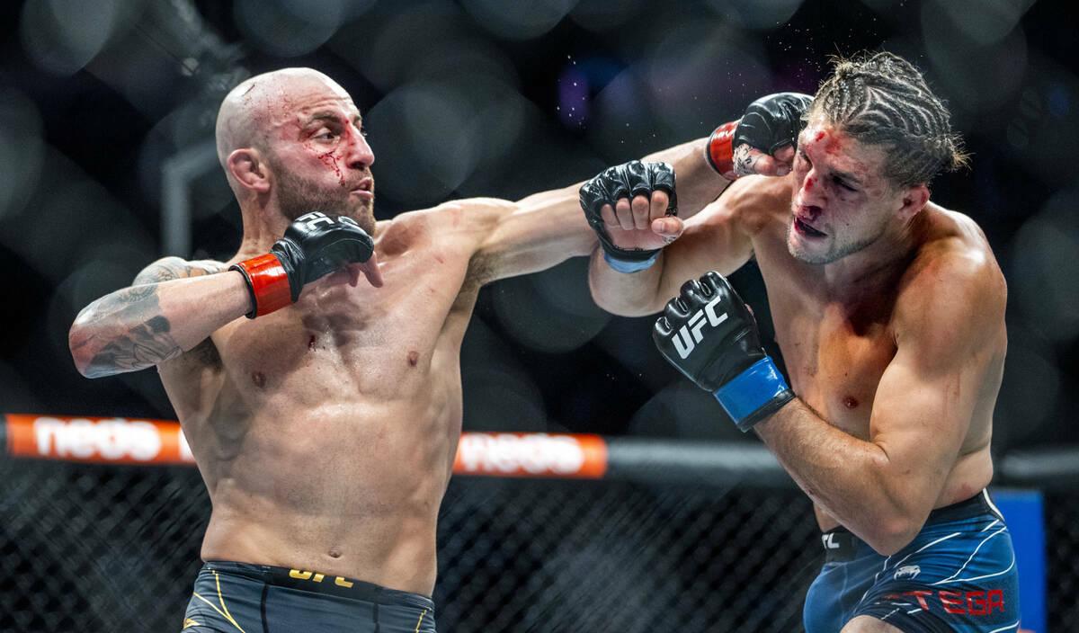 Alexander Volkanovski, izquierda, golpea a Brian Ortega en la cabeza durante el quinto asalto d ...