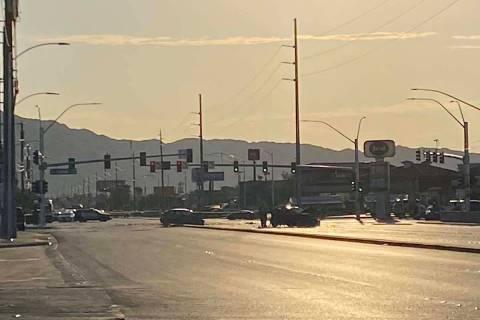 Un accidente de dos vehículos envió a varias personas al hospital y cerró una intersección ...