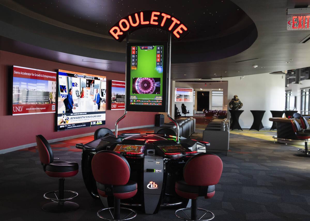Se muestra una máquina de video ruleta y una zona de apuestas deportivas en el centro de innov ...